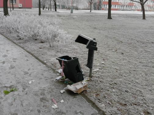 zničené odpadkové koše
